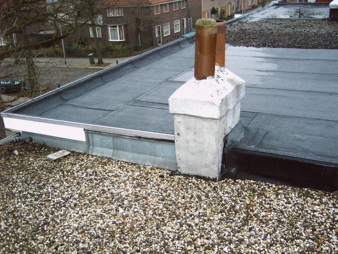 schoorsteen oud plat dak